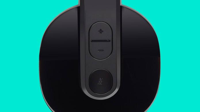 lähikuva kuulokemikrofonista ja kuulokkeissa sijaitsevista säätimistä