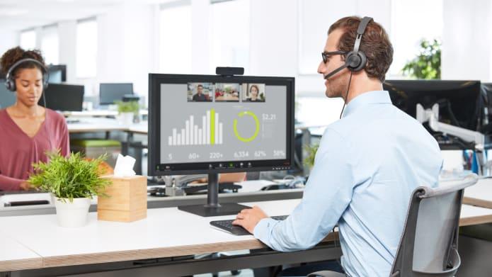 Otoczenie biznesowe z przewodowym zestawem słuchawkowym Zone Wired i kamerą internetową C925e używaną podczas wideorozmów.