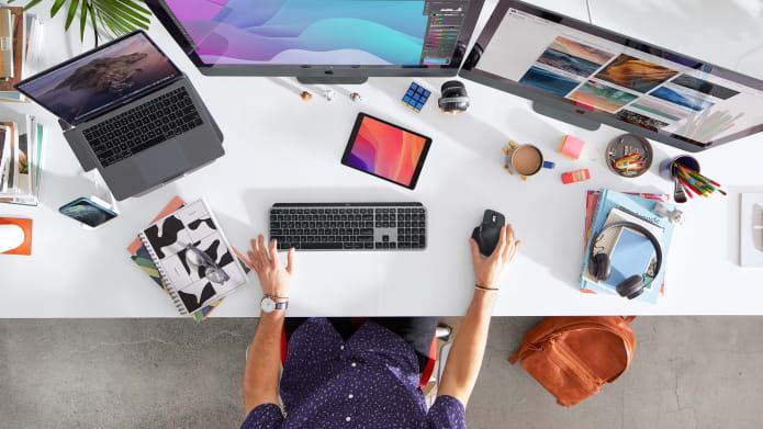 Macパソコンの前でロジクール製品を使う男性