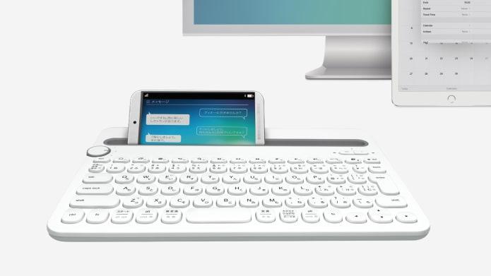 ホワイト キーボード上のスマートフォン