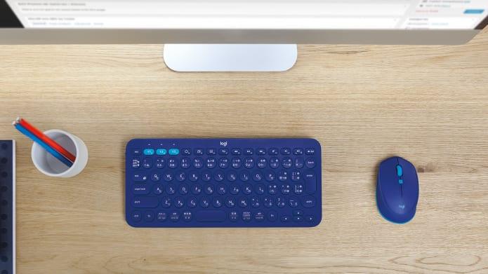 テーブル上のブルーK380キーボードとM350