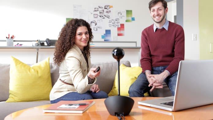 コーヒーテーブル上のビデオ会議カメラ
