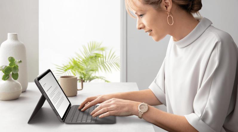 タイピング モードでFolio Touchキーボードケースをタイピングしている女性