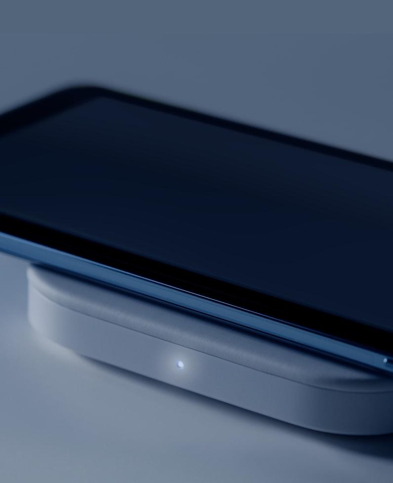 Ricarica del telefono sul pad Logitech Powered Pad con indicatore luminoso di alimentazione acceso